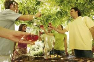 Geselliges Beisammensein bei einem Glas Wein, was gibt es schöneres. Quelle: www.kunst-fuer-alle.de